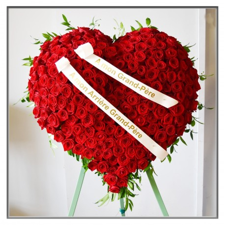 Coeur sur trépied en roses rouges